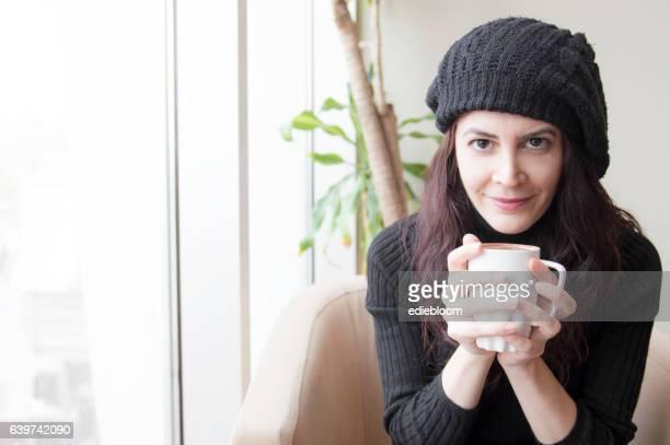 若い女性のコーヒーを
