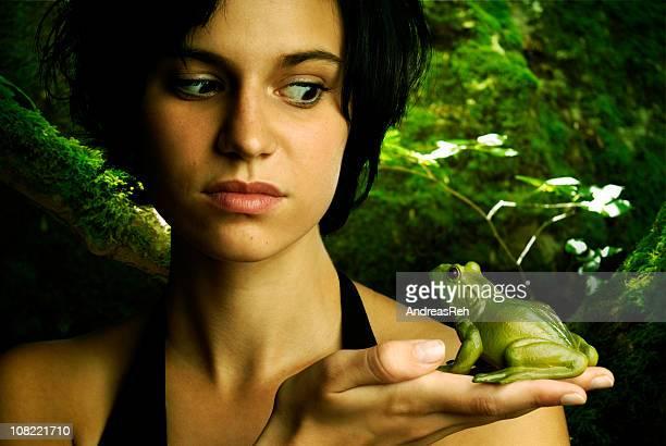 Junge Frau hält und gleichzeitig Frog
