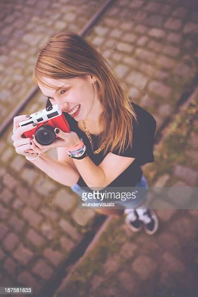 若い女性はカメラを