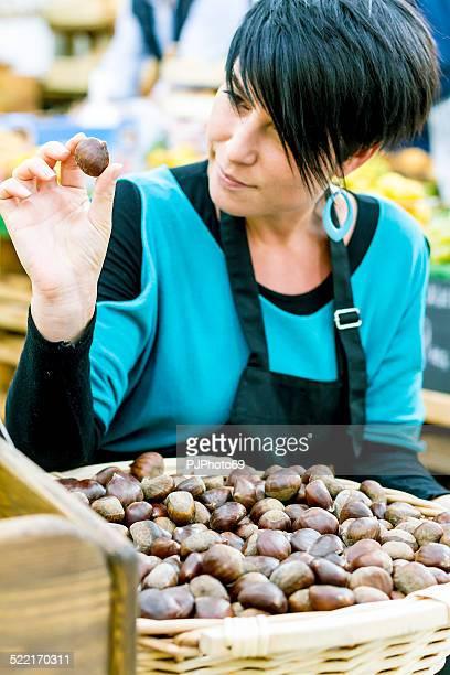 giovane donna con castagna - pjphoto69 foto e immagini stock