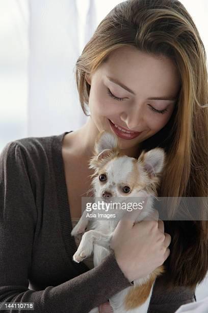 Junge Frau holding chihuahua
