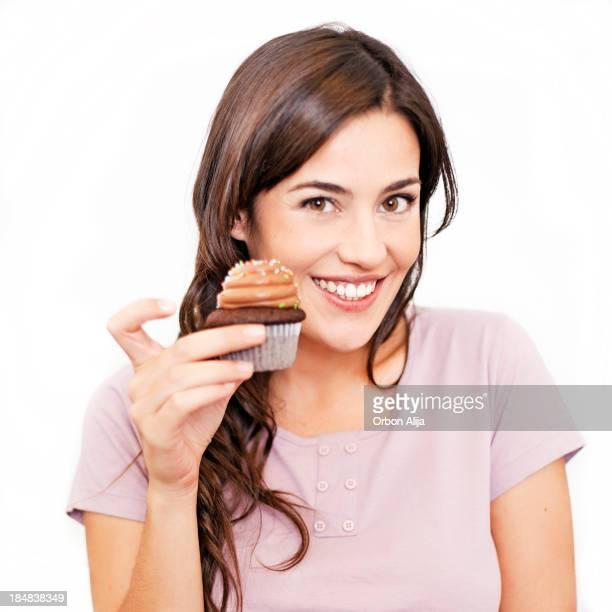 Junge Frau holding cupcake
