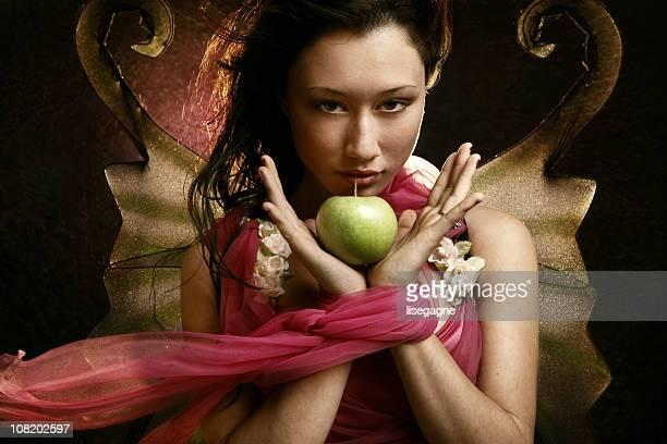 joven mujer sosteniendo green apple - los siete pecados capitales fotografías e imágenes de stock