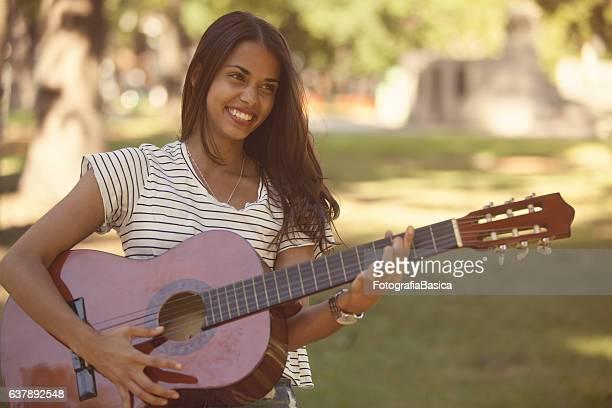 Junge Frau, die Gitarre