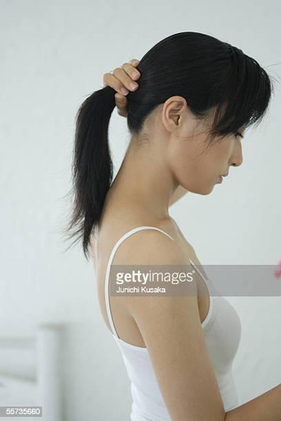 a young woman holding her hair up - cami fotografías e imágenes de stock