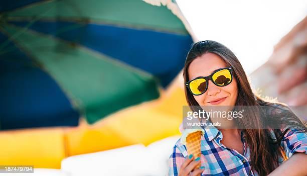 Jeune femme tenant la glace
