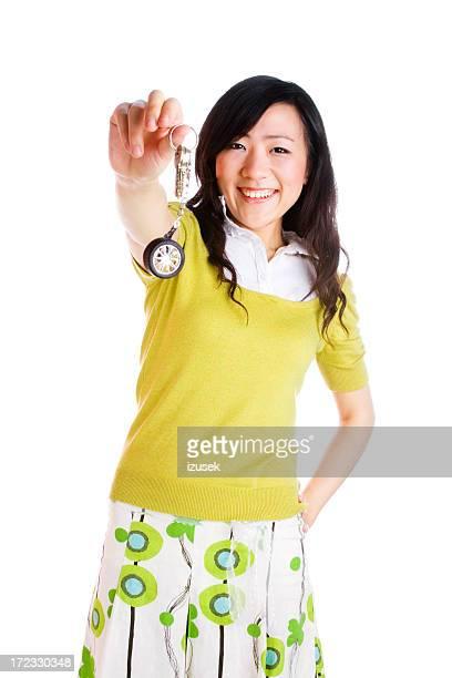 Junge Frau holding keys