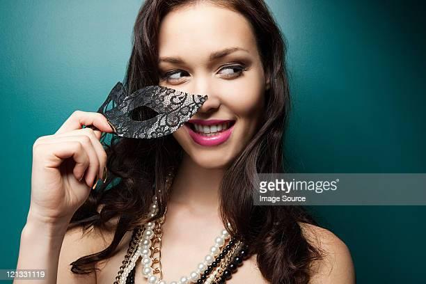 jovem mulher com máscara de baile, retrato - disfarce - fotografias e filmes do acervo
