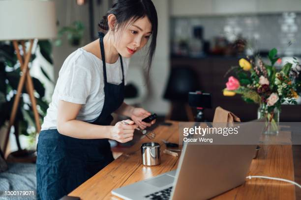 young woman holding online art & craft class for e-learning students - teacher stock pictures, royalty-free photos & images