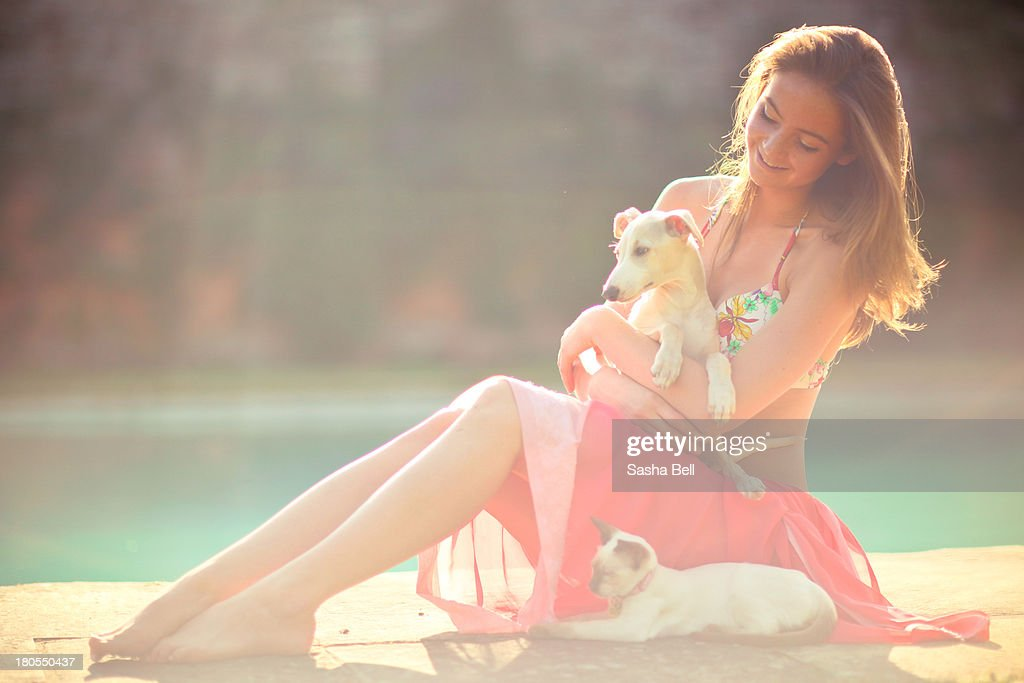Young woman holding puppy : Foto de stock