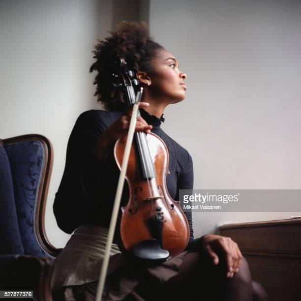 young woman holding violin - músico - fotografias e filmes do acervo