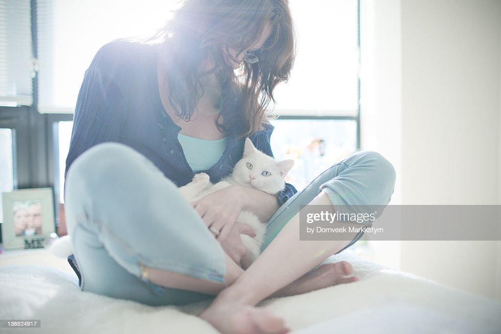 Young woman holding white cat : Stock-Foto