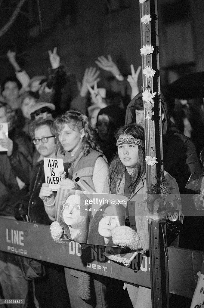 John Lennon Fans Holding Vigil : Foto jornalística