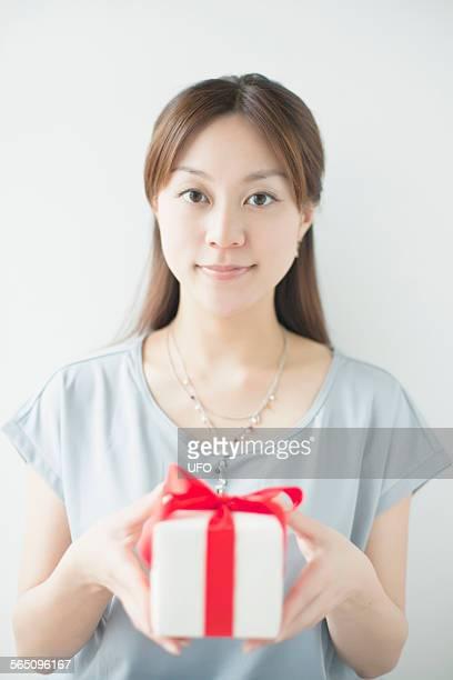 young woman holing gift box, smiling - somente japonês - fotografias e filmes do acervo