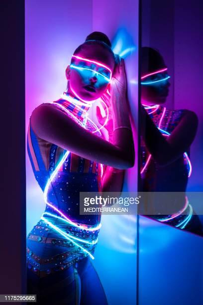 ネオンと有線若い女性人間サイボーグハイブリッド - 冬眠 ストックフォトと画像