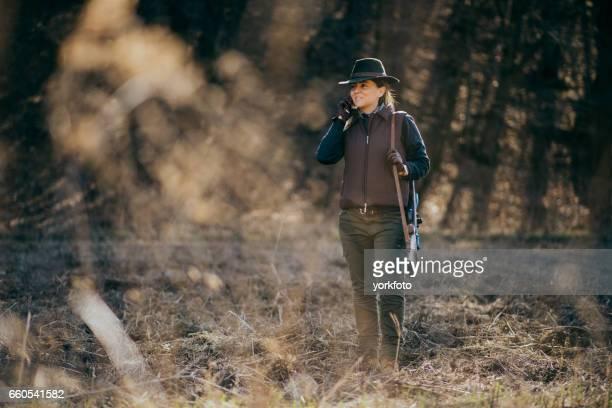 jonge vrouw jacht