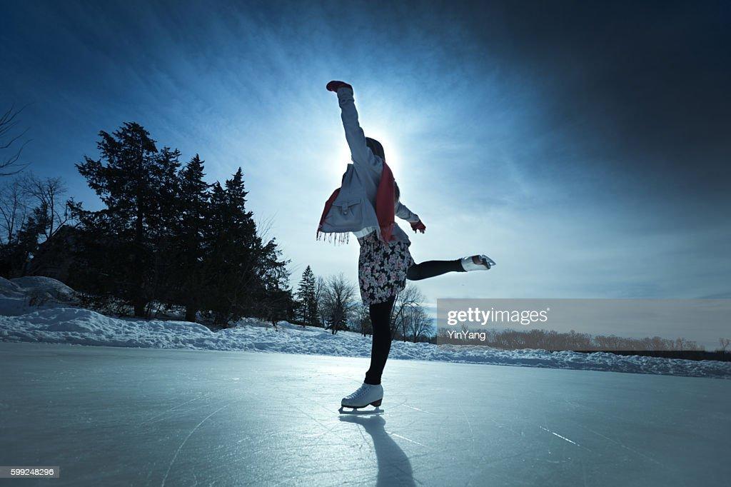 Junge Frau Eis Skater im Winter eislaufen auf Outdoor-Eislaufbahn : Stock-Foto