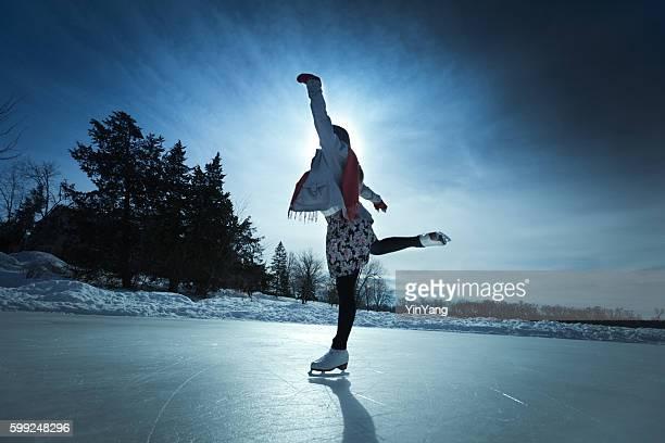 Junge Frau Eis Skater im Winter eislaufen auf Outdoor-Eislaufbahn