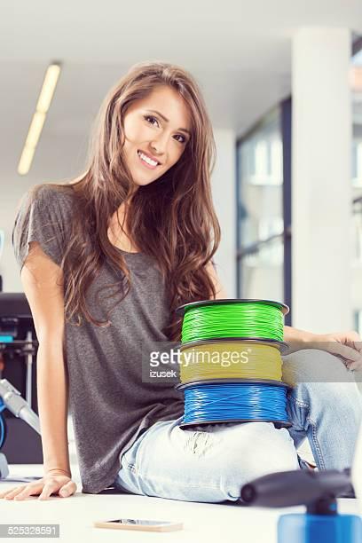 young woman in 3d printer office - izusek stockfoto's en -beelden