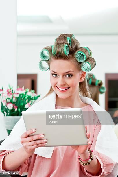 Jeune femme dans un salon de coiffure