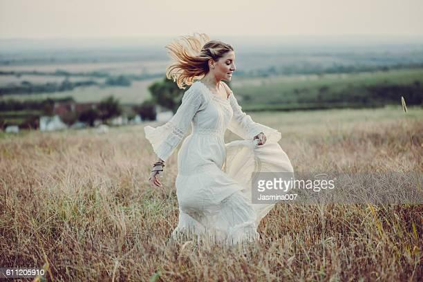 Jeune femme dans une prairie