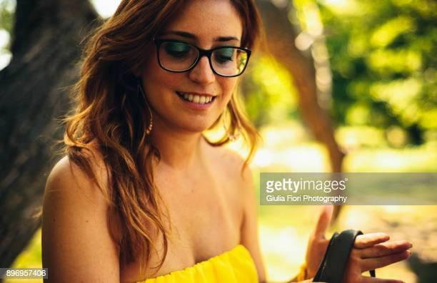 young woman in a park - marque de bronzage photos et images de collection