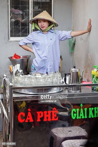 Mujer joven en una calle cocina