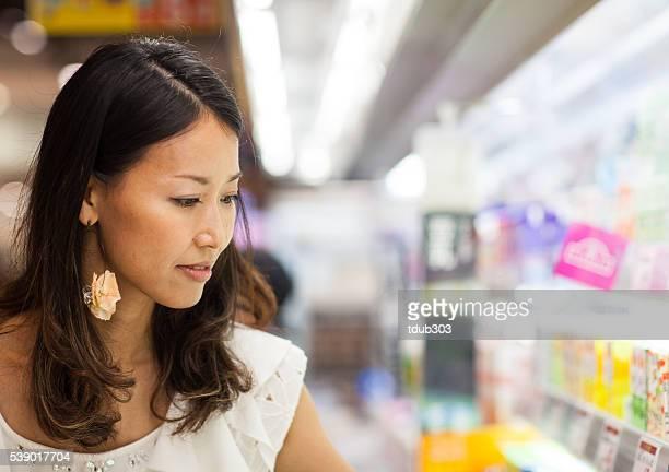 若い女性、スーパーマーケットをお探しですか