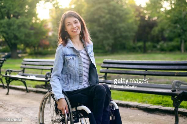 jovem em uma cadeira de rodas - etnia - fotografias e filmes do acervo