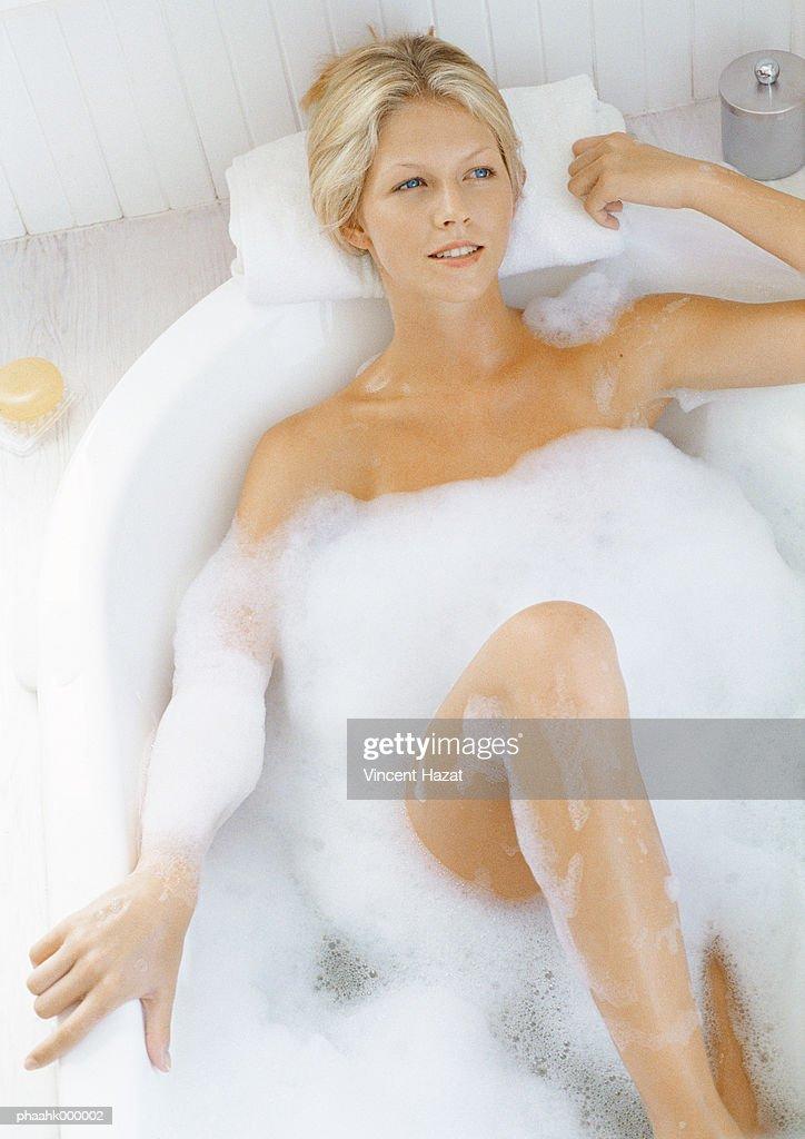 Young woman in bathtub : ストックフォト
