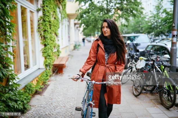 ベルリン・クロイツベルクの若い女性 - プレンツラウアーベルグ ストックフォトと画像