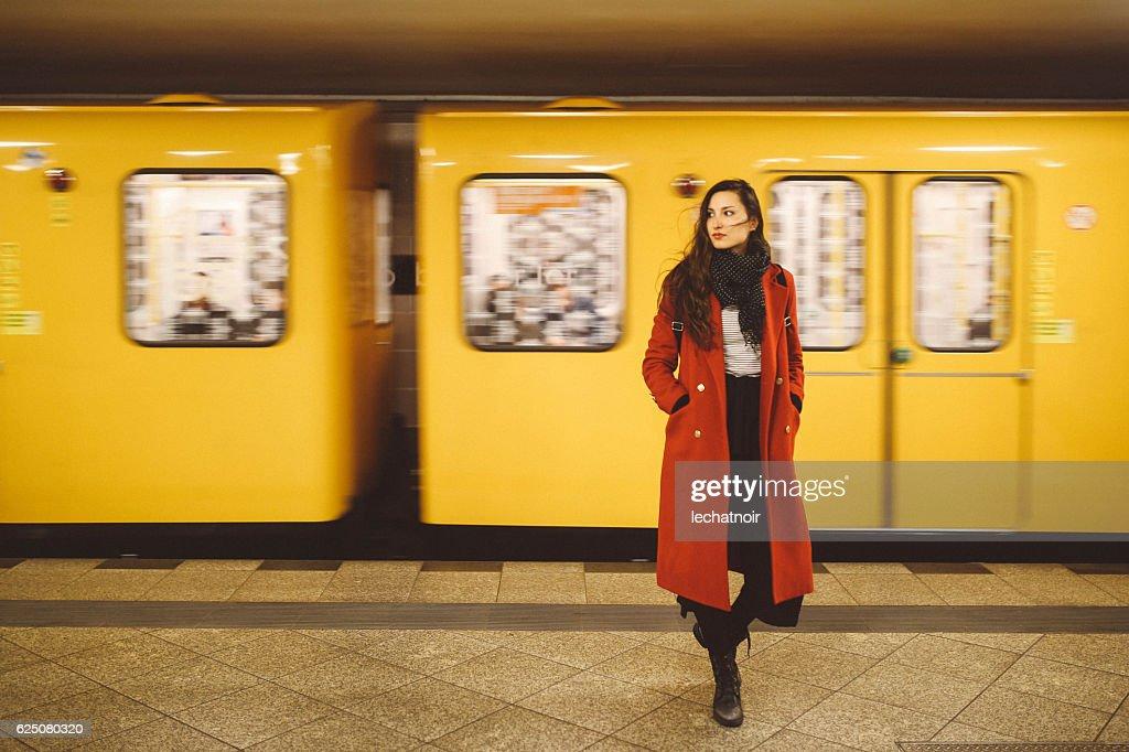 ベルリン地下鉄駅の若い女性 : ストックフォト