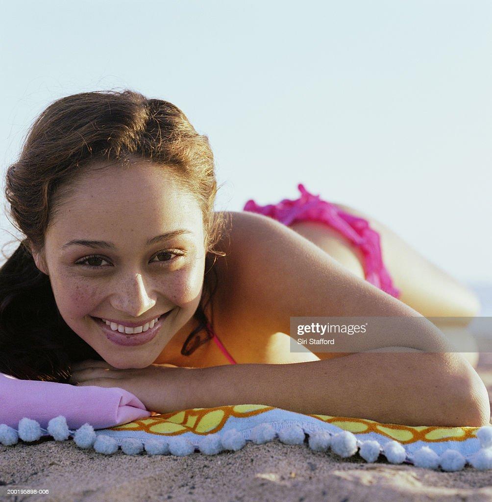 ecd90c7b81ef Mujer Joven En Bikini Caer En Toalla En La Playa De Retratos Foto de ...
