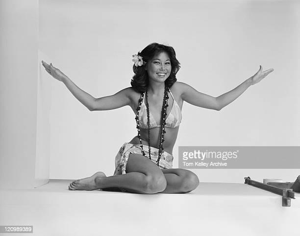 Junge Frau im bikini auf weißem Hintergrund, Lächeln, Porträt