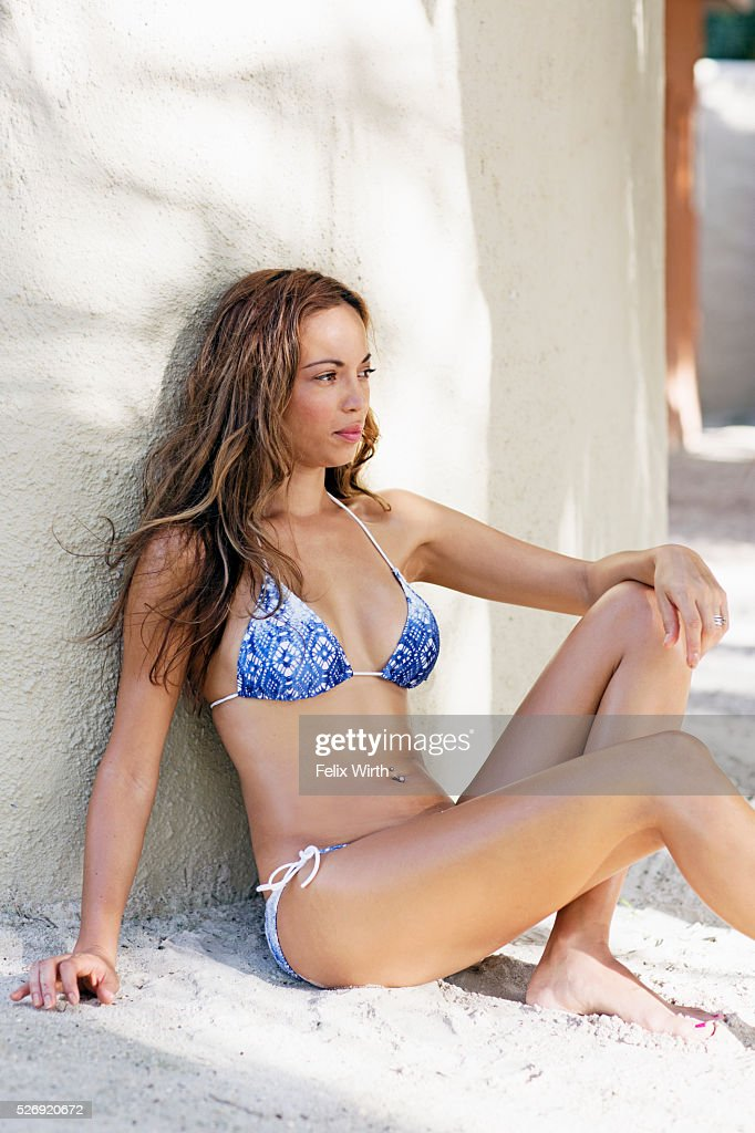Young woman in bikini resting on beach : Foto de stock