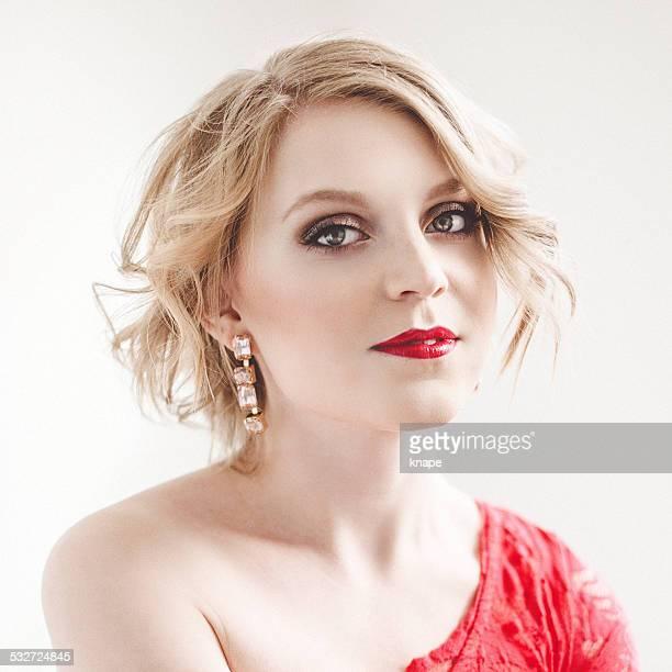 Jeune femme dans la lumière avec des lèvres rouges vives