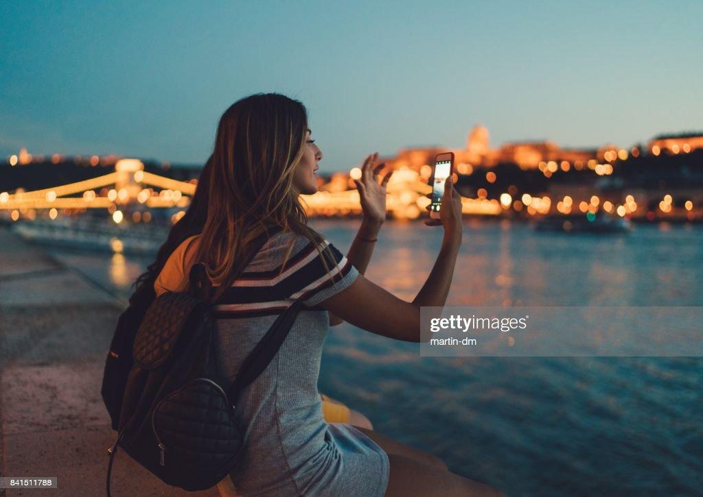 Mulher jovem em Budapeste : Foto de stock