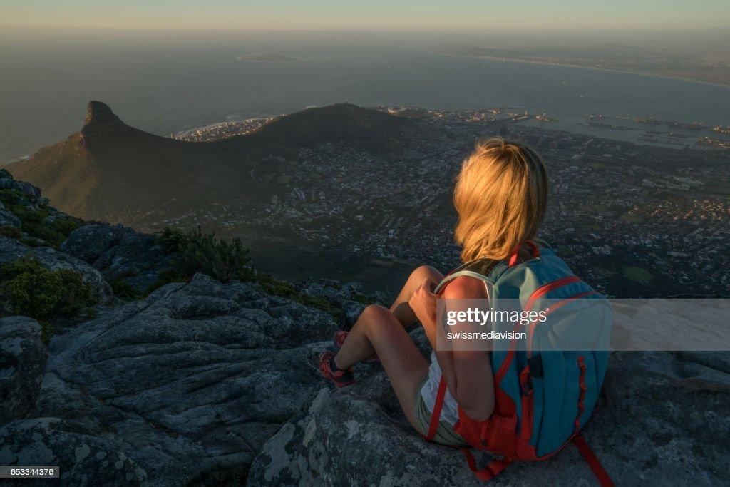 Jonge vrouw in Kaapstad bovenop berg kijken naar weergave : Stockfoto
