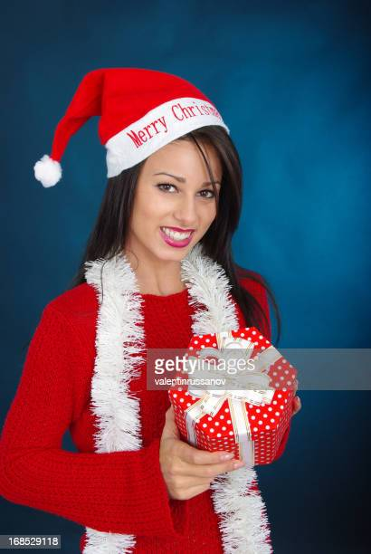 Jeune femme en robe de Noël
