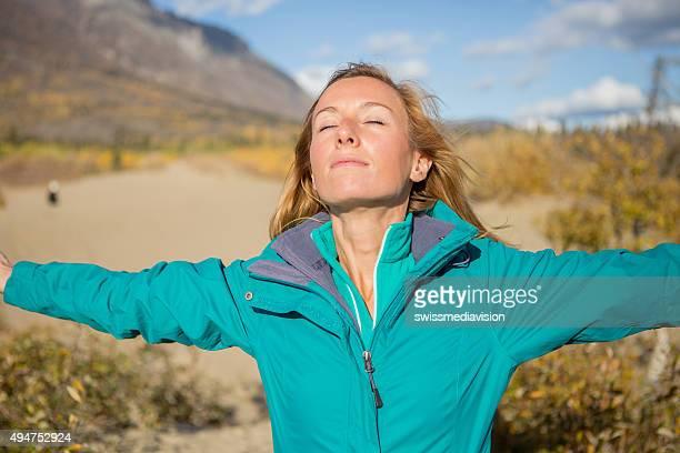 Junge Frau in der Wüste Arme oustretched Natur