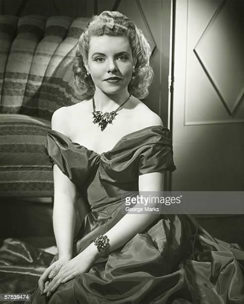 Jeune femme en robe de soirée, assis à l'intérieur, (B & W), portrait