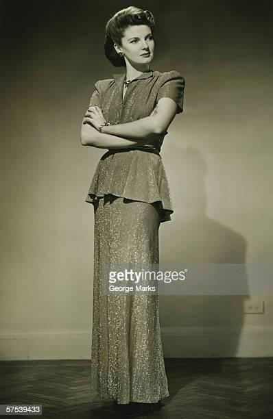 Jovem mulher em pé de Vestido elegante no estúdio, (B & M