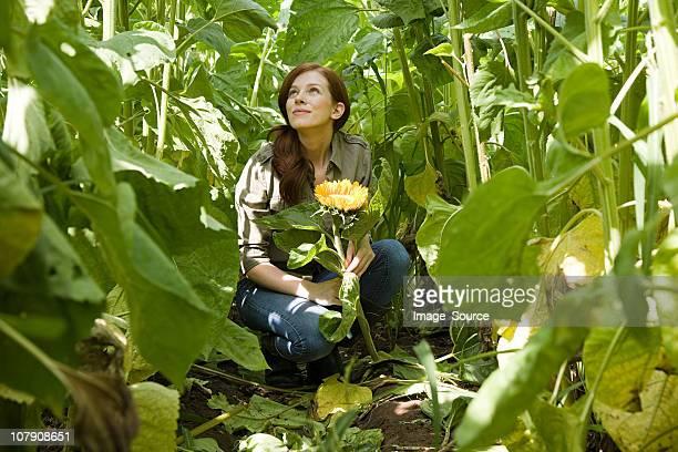 Giovane donna in campo