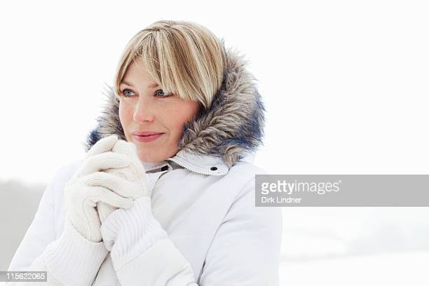 junge frau in kuscheligen kapuze im schnee - frauen über 30 stock-fotos und bilder