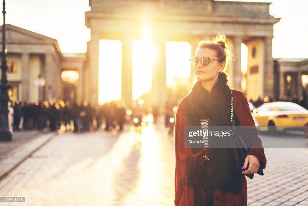 ドイツ ・ ベルリンのブランデンブルグの前に若い女性 : ストックフォト