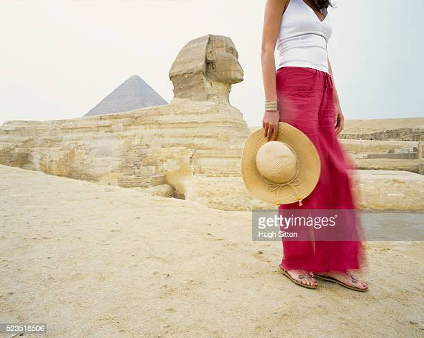 young woman in front of sphinx and cheops pyramid - hugh sitton - fotografias e filmes do acervo