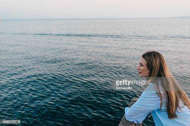 Young woman in front of the sea