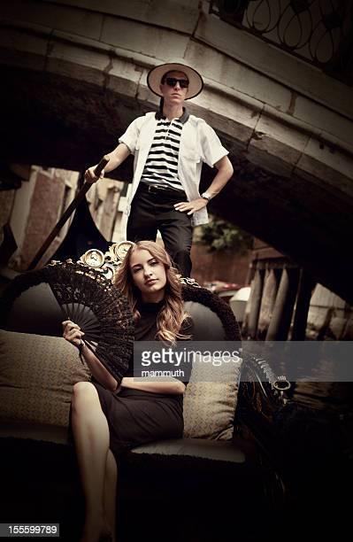 Junge Frau in der Gondel in Venedig