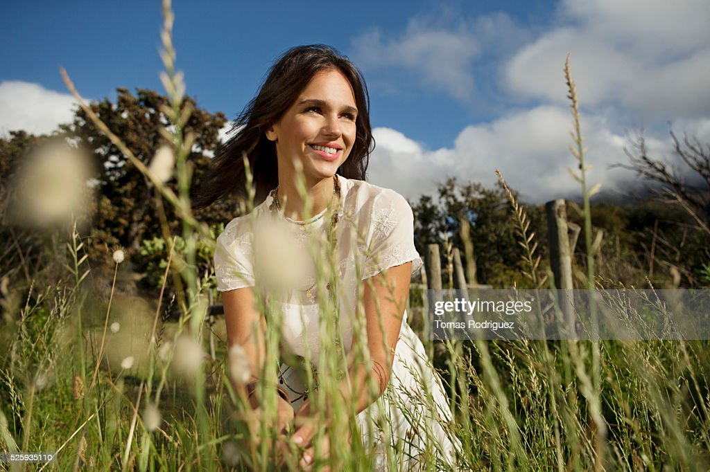 Young woman in grass : Stockfoto