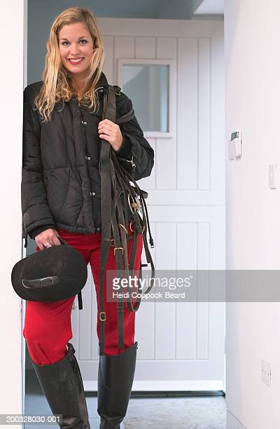 young woman in horse riding gear, smiling, portrait - heidi coppock beard photos et images de collection